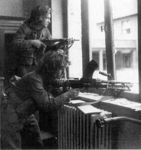 Soldados canadienses, uno de ellos porta una Bren.