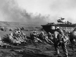 Marines avanzando por la playa