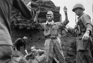 Soldados japoneses rindiendose