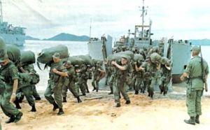 Soldados norteamericanos desembarcando en Vietnam