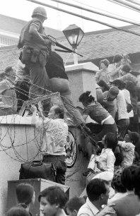 Vietnamitas cruzando la valla de la embajada