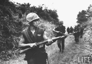 Soldados norteamericanos en Vietnam armados con M14.