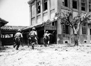 Soldados USA entrando en una casa