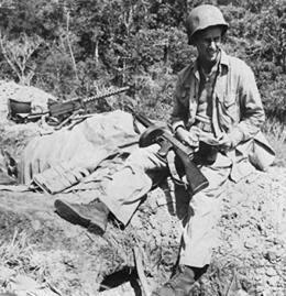 Soldado estadounidense descansando, porta un subfusil thompson M1928