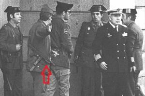 """El día del """"23-F"""" los guardias civiles que entraron en el congreso estaban armados con subfusiles Z-62/70. ( A la derecha del todo vemos a Tejero)"""