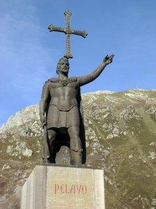Estatua de Don Pelayo con la Cruz de la Victoria, símbolo de Asturias.