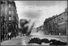 Un disparo de artillería impacta en una calle de Leningrado.