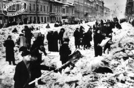 Ciudadanos de Leningrado construyen defensas ante la inminente llegada del ejército alemán.