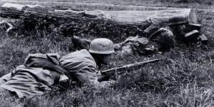 Soldado alemán porta un subfusil M1938.