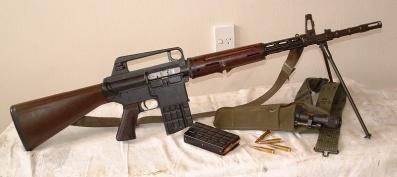 Fusil AR-10. Tuvo algunas variantes en cuanto a la forma, pero seguía siendo completamente igual.