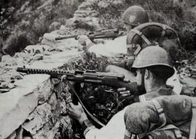 Soldados italianos disparando sus subfusiles beretta M1938.