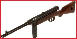 Subfusil Beretta M1938/42 fue la versión simplificada, pues la original gastaba grandes cantidades de recursos. Su peso es de 3 kilos.