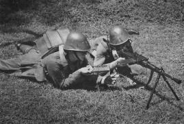 Soldados holandeses entrenando con una ametralladora italiana Breda M30.