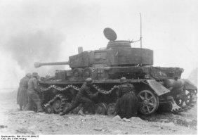 Soldados alemanes reparando un Panzer IV.