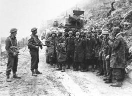 Paracaidistas alemanes prisioneros. Aunque perdieron la batalla crearon numerosas bajas.