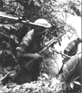 Soldados portugueses armados con fusiles AR-10 en Mozambique.