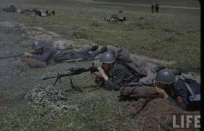 Soldados italianos en maniobras, se ve a uno de ellos con una ametralladora Breda M30