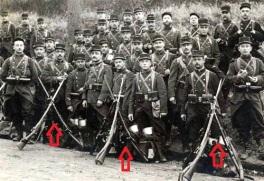 Soldados franceses durante 1914 armados con fusiles berthier. Si os fijáis llevan calada la bayoneta tipo espada.