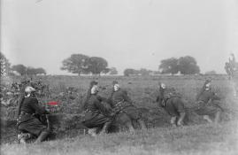 Dragones franceses armados con fusiles berthier en 1914. Este modelo original llevaba el cerrojo hacia abajo.