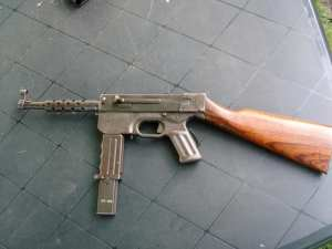 MAT-49 con culata de madera.