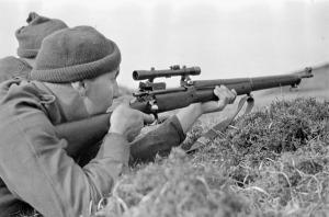 Soldado británico con un fusil M1917 con mira telescópica.