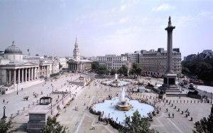 Trafalgar Square. Plaza en la ciudad de Londres donde se conmemora la victoria de la batalla y donde se encuentra el monumento a Nelson.