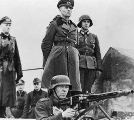 Rommel en Normandía durante 1944 frente a un bunker.