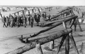 Rommel y sus oficiales observan las defensas del Muro Atlántico.