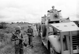 Soldados belgas en el Congo durante 1960, portan FN FAL.
