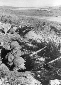 Soldados estadounidenses esperando un ataque alemán.