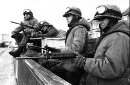 Soldados argentinos con fusiles de asalto FN FAL.