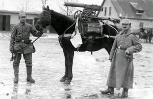 Soldados alemanes durante la 1ª Guerra Mundial capturan una Maxim M1910.