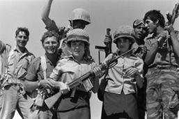 Soldado israelí sujeta un FN FAL durante la Guerra de los 6 días. Israel fabricó su propia versión del FAL.