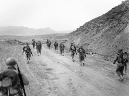 Soldados norteamericanos patrullando el paso de Kasserine.