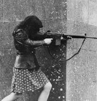 Miembro del IRA irlandés sujeta y dispara un FN FAL .