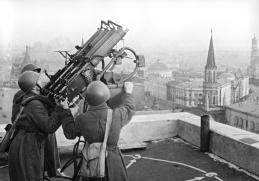 Afuste antiaéreo Tokarev. Este afuste era activado manualmente y era el resultado de unir 4 ametralladoras Maxim  , cada una de ellas con un cargador de 500 cartuchos.