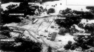 Imagen en la que se ven camiones y material soviético. Los misiles pudieron estar listos un breve espacio de tiempo.