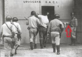 Policía de Uruguay (1970). Uno de ellos va armado con un subfusil STAR Z-45.