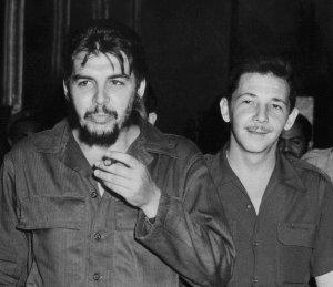 """Ernesto """"Che"""" Guevara y Raúl Castro. Ambos fueron compañeros y amigos de guerrilla, pero tiempo más tarde comenzaron las tensiones pues cada uno tenia una percepción distinta del comunismo y el socialismo."""