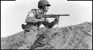 Paracaidista español en Ifni con un subfusil Z-45