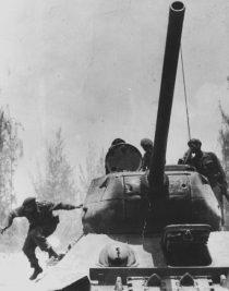 Fidel Castro descendiendo por un T-34