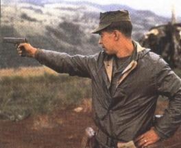 Soldado estadounidense en Vietnam con una Colt M1911A1.