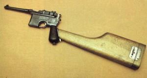 Pistola Astra 900 con su culatín montado.
