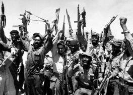 Milicianos cubanos celebrando la victoria contra las fuerzas invasoras en Cochinos.