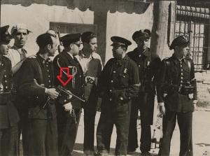 Guardias de Asalto en Guadalajara. Uno de ellos lleva una pistola Astra 900.