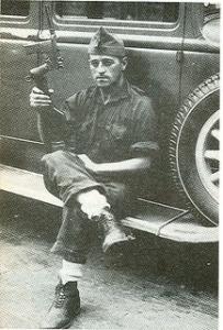 Miliciano republicano con  una pistola Astra 900 automática con su culatín montado.
