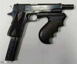 Durante los años 30, la pistola tambien fue usada por las diferentes organizaciones criminales y ladrones de bancos. Esta pistola modificada pertenece al arsenal de John Dillinger