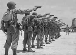 Soldados norteamericanos practicado con pistolas Colt M1911A1 durante la 2ª Guerra Mundial.