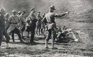 Soldado estadounidense hace una prueba con una Colt M1911 delante de tropas francesas durante la 1ª Guerra Mundial.