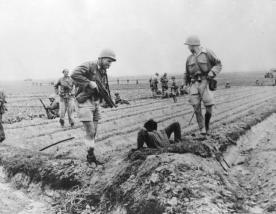 Soldados franceses investigan un túnel enemigo.